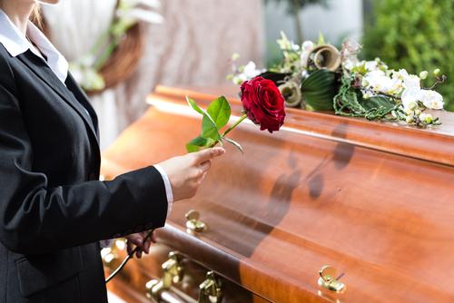 temetésre szandál